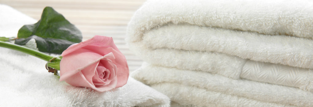 white towels with pink rose